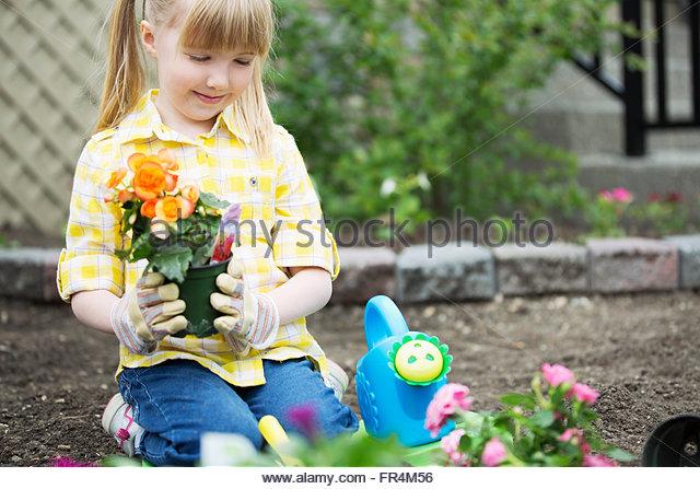 niedlich, 5-jährige Mädchen Blumen Pflanzen Stockbild