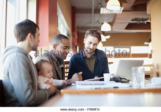 männlichen Freunden im Gespräch beim Mittagessen Stockbild