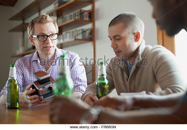 Männer hängen und Bier zu trinken Stockbild
