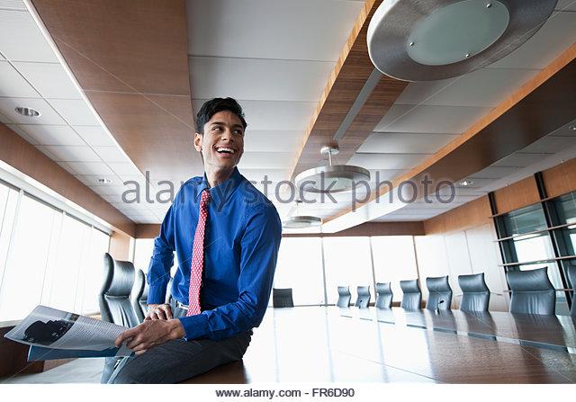 Geschäftsmann in hellen, städtischen Büro Stockbild