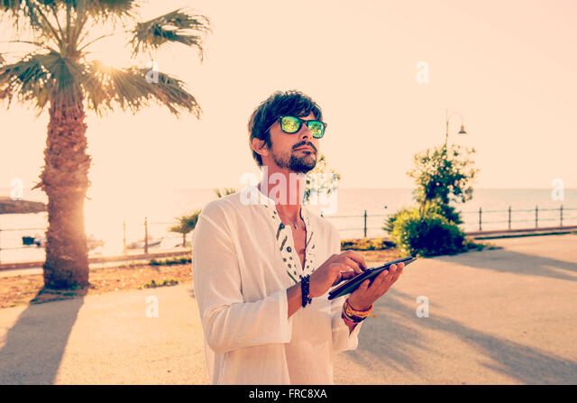 kleiner Junge in den Urlaub mit dem Tablet in Strandnähe - Stock-Bilder