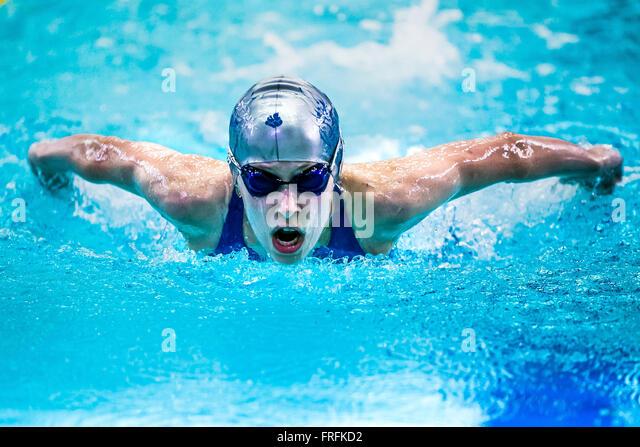 Mädchen-Schwimmer an ein Abstand Schmetterling im Pool während internationale schwimmen Turnier Stockbild