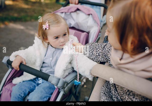 Familienwanderung im park Stockbild