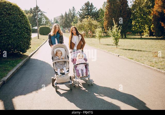 Familienwanderung im park - Stock-Bilder