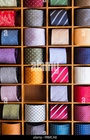 Anzeige der bunten Herren Krawatten, gerollt und zwischen Trennwände aus Holz, ein Fach leer. Stockbild