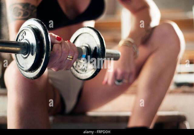 Nahaufnahme einer Frau Heben von Gewichten Stockbild