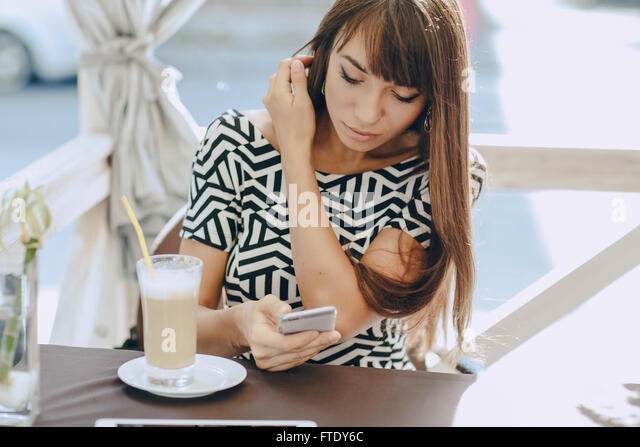 Mädchen mit Handy Stockbild