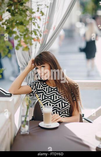 Mädchen im café Stockbild