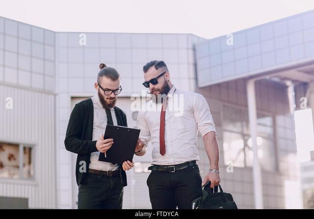 Business-Mann außerhalb Stockbild