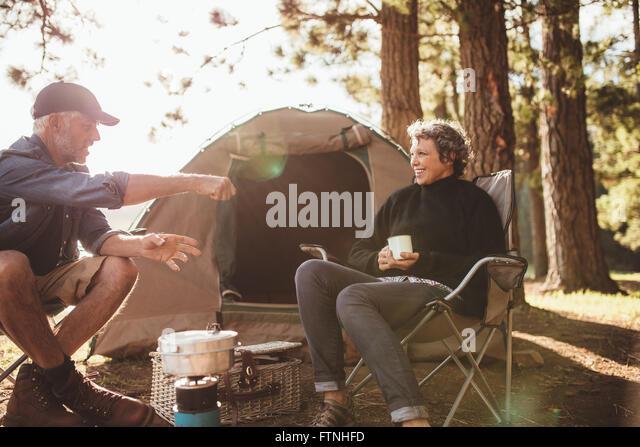Porträt von senior Camper eine gute Zeit bei einem camping-Ausflug an einem Sommertag. Älteres paar Zelt Stockbild