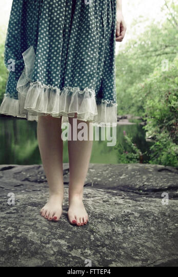 Nahaufnahme der Frau stehen auf Felsen Stockbild