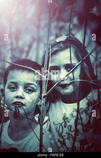 zwei Kinder, die Natur entdecken Stockbild