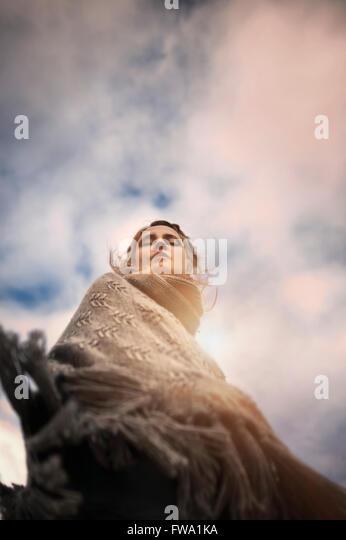 künstlerische Porträt der Frau von unten Stockbild