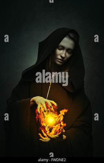 Dunkle Zauberin Casting magischen Flammen. Fantasie-Porträt Stockbild