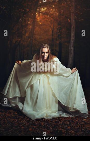 Schöne Frau schied in bunten Wäldern. Surreal und Fantasie Stockbild