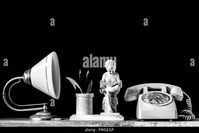 Lampen und alten Telefon auf ein aus Holz mit schwarzem Hintergrund Stockbild