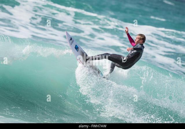 Fistral Strand, Newquay, Cornwall, 5. April 2016. UK-Wetter: Eine lokale Surfer genießt die windigen Wetterbedingungen Stockbild