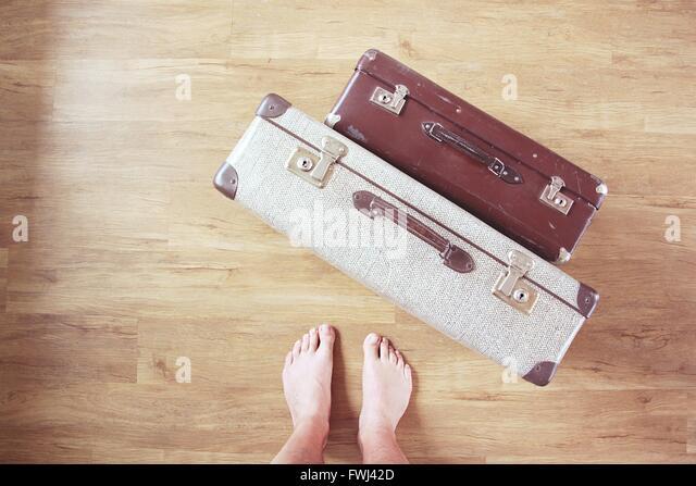 Geringen Teil Mann mit altmodischen Koffer auf Parkett Stockbild