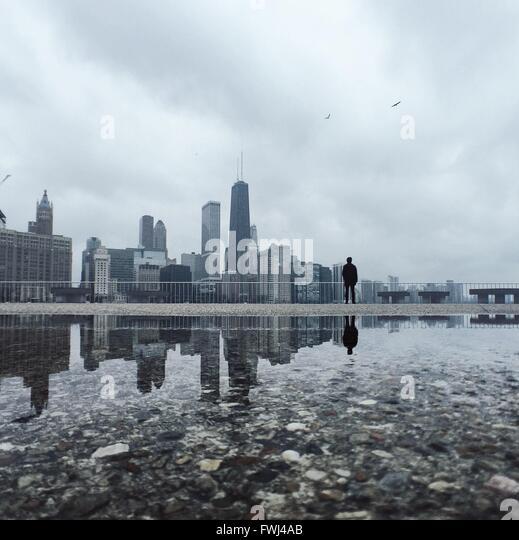 Reflexion der Stadt im Wasser Stockbild
