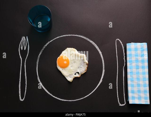 Spiegelei auf gezeichnete Teller am Tisch Stockbild