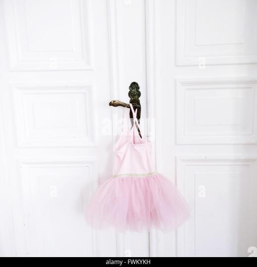 Rosa Tutu Türgriff hängen Stockbild