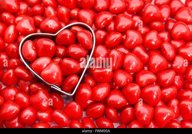 Direkt über dem Schuss von Pastry Cutter mit roten Herzen Form Essen Stockbild