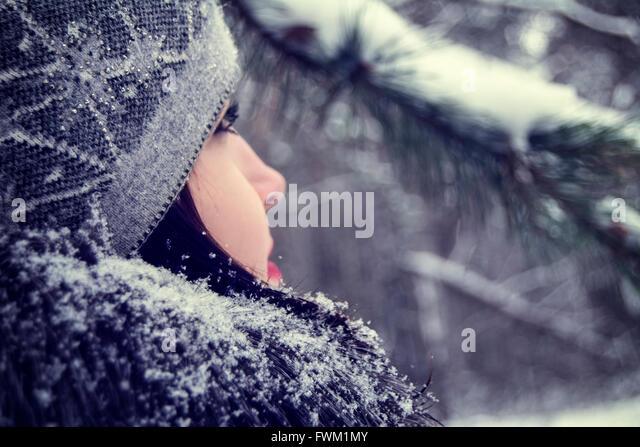 Nahaufnahme der jungen Frau wegschauen im Winter Stockbild