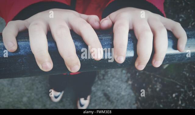 Nahaufnahme des jungen Hände am Geländer Stockbild