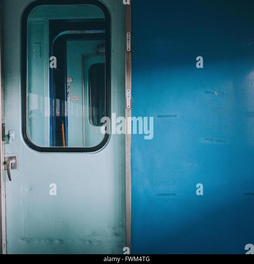 Geschlossener Tür des Zuges Stockbild