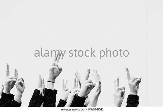 Bild des Menschen zeigt Victory-Zeichen gegen klaren Himmel beschnitten Stockbild