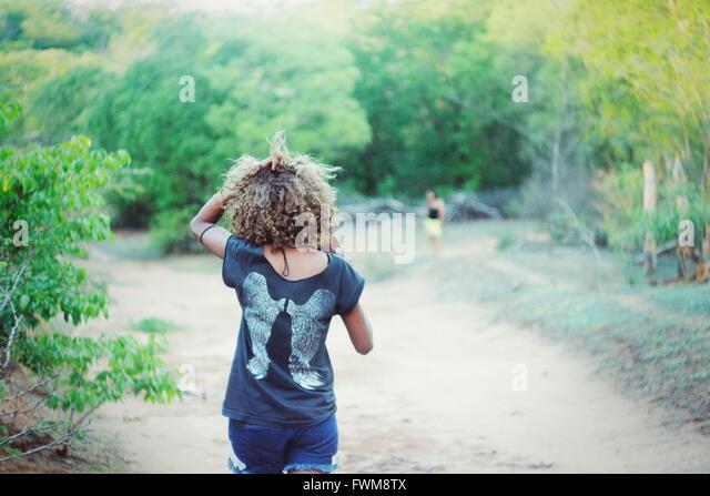 Rückansicht der Frau zu Fuß auf den Weg Stockbild