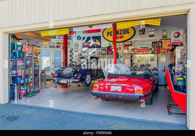 Garage mit Jaguar-Sportwagen. Stockbild