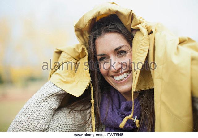 Reife Frau mit Jacke über Kopf Stockbild