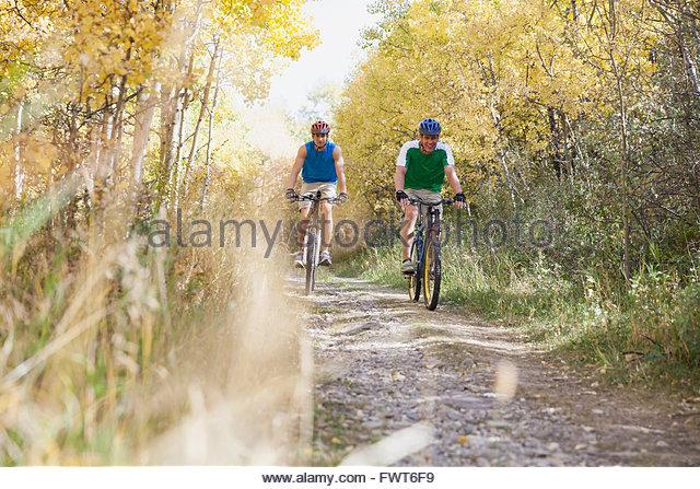 Männer Rennen Weg mit ihren Mountainbikes. Stockbild