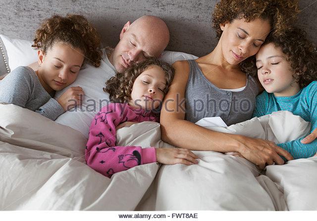 Fünfköpfige Familie friedlich miteinander schlafen. Stockbild