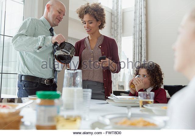 Mann gießt Kaffee für Frau. Stockbild