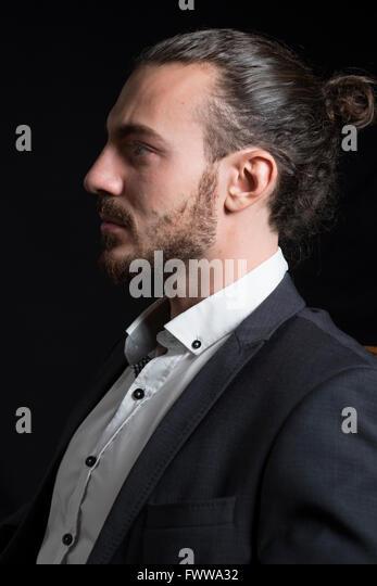 Junger Mann mit Pferdeschwanz im Profil. Stockbild