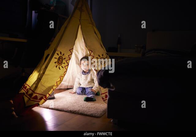 Kleiner Junge spielt im Zelt drinnen einrichten Stockbild