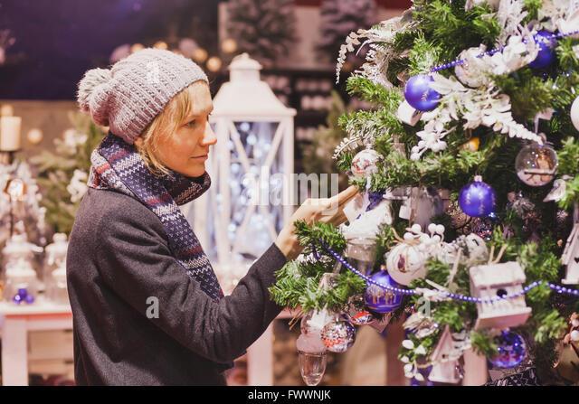 Menschen am Weihnachtsmarkt, Frau Wahl festliche Dekoration im shop Stockbild