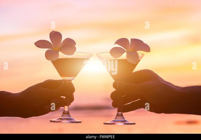 tropische Cocktails am Strand, paar Hände mit Brille Stockbild
