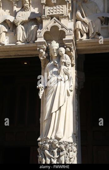 Frankreich. Paris. Die Westfassade, Kathedrale Notre-Dame. Gothic. 13. c. Portal Virgin.Virgin mit Kind, Pfosten. Stockbild