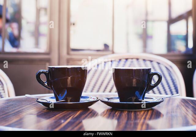zwei Tassen Kaffee auf dem Tisch im Café in Paris Stockbild