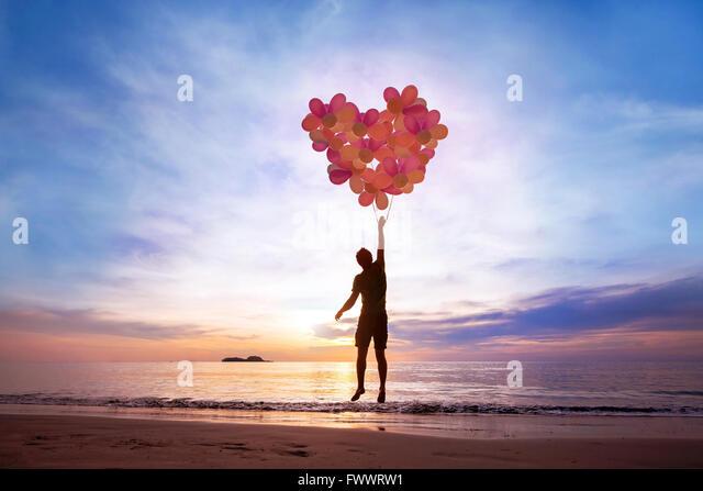 Liebe Konzept, Menschen mit Herzen aus Luftballons fliegen, verlieben sich ineinander Stockbild
