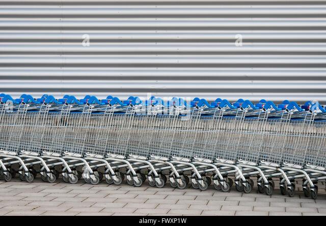 Schweden, Uppland, Arninge, Reihe von Einkaufswagen Stockbild