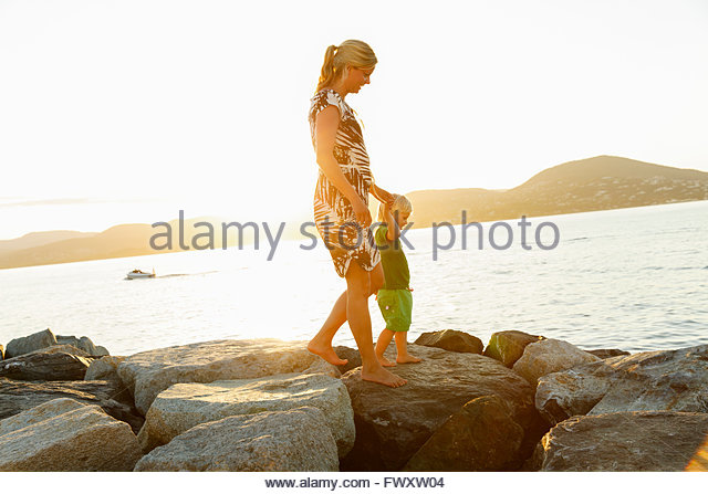 Frankreich, Provence-Alpes-Côte-d ´ Azur, Saint Tropez, Frau zu Fuß mit Sohn entlang der felsigen Stockbild