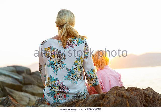 Frankreich, Provence-Alpes-Côte-d ´ Azur, Sainte-Maxime, Saint Tropez, Frau mit Sohn auf felsigen Mäntel Stockbild