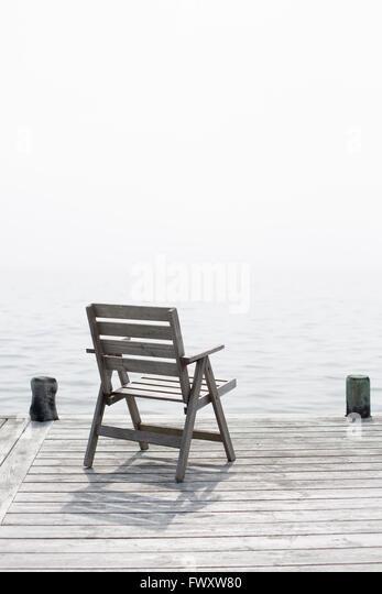 Schweden, Stockholmer Schären, Grasko, Stuhl stehend auf Steg Stockbild