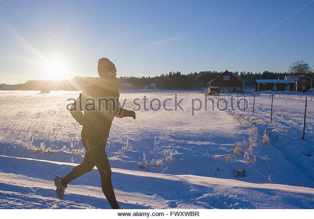 Schweden, Vasterbotten, Roback, Mitte erwachsenen Mann läuft im winter Stockbild