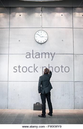 Schweden, Skane, Malmö, Geschäftsmann Check-Zeit am Bahnhof Stockbild