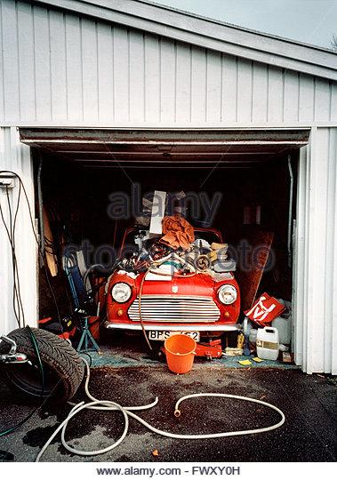 Altmodische Auto in chaotisch garage Stockbild